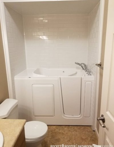 Walk_In_Tub_in_Oakbank_Winnipeg_Rocketrooter_Bathroomexperts_03