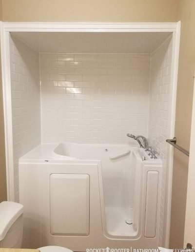 Walk_In_Tub_in_Oakbank_Winnipeg_Rocketrooter_Bathroomexperts_04